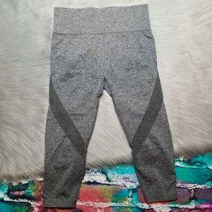 c6630d9b434cf Dutte Dutta Pants - Dutte Dutta • Active Mesh-Panel Capris • SZ L